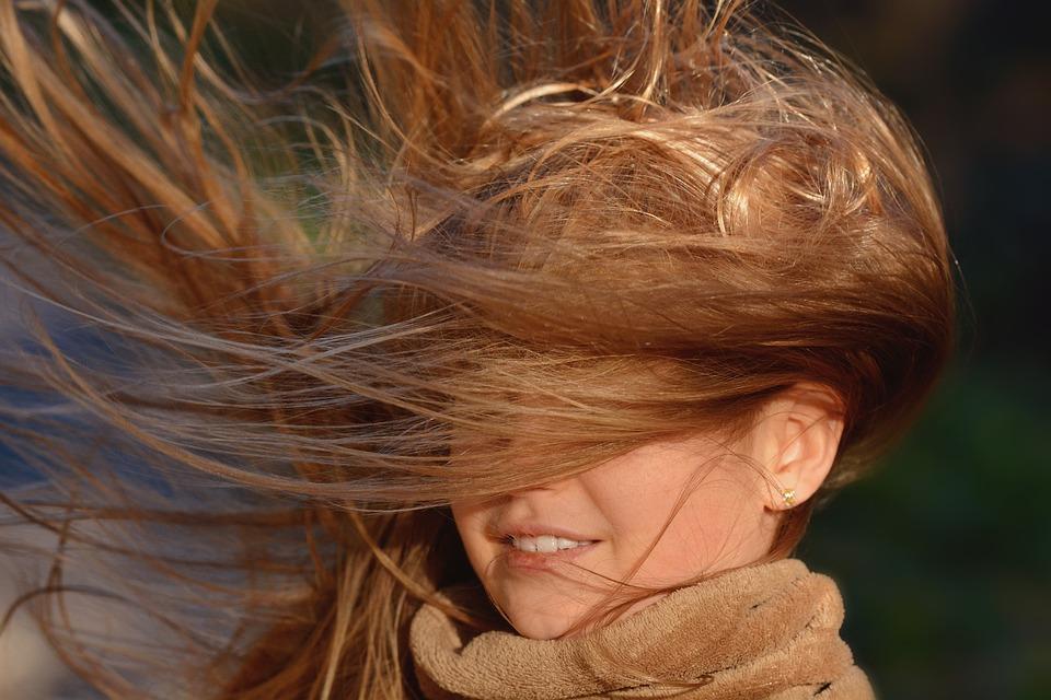 путает ветер волосы
