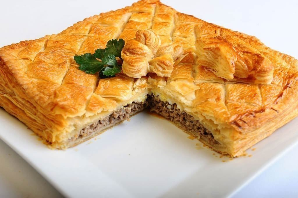 Закрытый пирог с мясом из слоеного теста рецепт