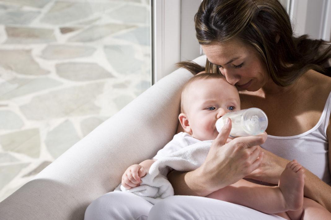 Почему ребенок икает после кормления, что делать
